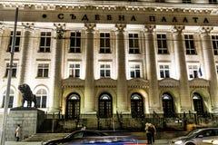 Domstolsbyggnaden i Sofia, Bulgarien vid natt Fotografering för Bildbyråer