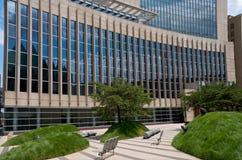 Domstolsbyggnadfasad och Plaza i Minneapolis Arkivbild