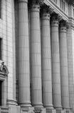 domstolsbyggnadingång arkivbild
