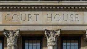 Domstolsbyggnadtecken med kolonner Arkivbilder