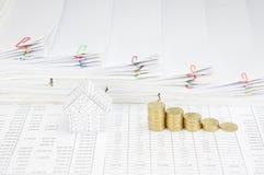 Domu i kroka stos złociste monety krok papierkową robotę Obrazy Stock