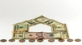 Domu i monet sterta, realestate pojęcie Fotografia Stock