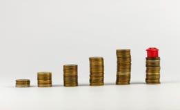 Domu i monet sterta, realestate pojęcie Obraz Stock