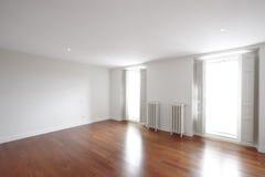 Domu pusty pokój z klasyka żelaza nagrzewaczami obraz stock