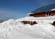 domu zakopujący śnieg Obrazy Royalty Free