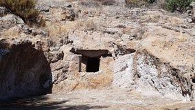 Domus de janas nella necropoli di Montessu Immagini Stock