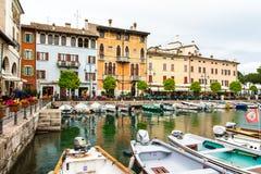 Domy, łodzie na doku Garda Włochy zdjęcia stock