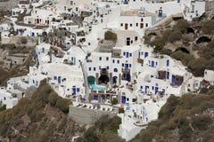 Domy builded w clif przy Santorini Zdjęcia Royalty Free