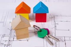 Domy drewniani bloki i klucze na budowa rysunku dom, budynku domowy pojęcie Zdjęcie Stock