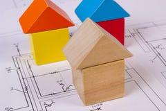 Domy drewniani bloki na budowa rysunku dom, budynku domowy pojęcie Fotografia Stock