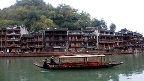Domy i łodzie wśród FengHuang (Phoenix Antyczny miasteczko) Fotografia Stock