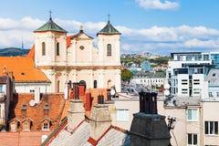 Domy i Trynitarski kościół w Bratislava zdjęcia stock