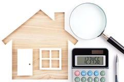 Domy kształtujący papierowi wycinanka, kalkulator, magnifier i pióro na natu, Obraz Stock