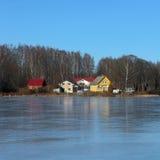 Domy na jeziorze zakrywającym z lodem Zdjęcie Royalty Free