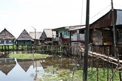 Domy na stilts wzrastają nad zanieczyszczona woda w Belen, Iquitos zdjęcia stock