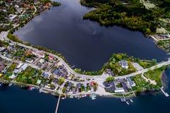 Domy na wyspie i jeziorze obraz stock