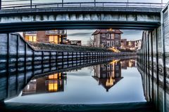 Domy odbija w kanale przy nocą Fotografia Royalty Free