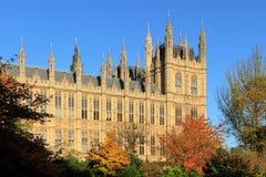 Domy parlament i coloured krzaki Obrazy Stock