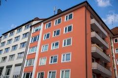 Domy, rząd domy w Monachium, niebieskie niebo Zdjęcia Royalty Free