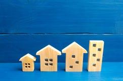 Domy stoją z rzędu od prostego ampuła Pojęcie urbanizaci i populaci gęstość Przyrost miasta budowa zdjęcie royalty free