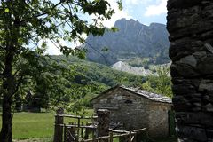 Domy w kamienia i bielu marmuru kamieniach Campocatino, Garfagnan obraz royalty free