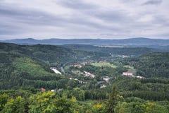 Domy w Kyselka wiosce między lasami w Ohre dolinie z Rudnymi górami na tle przeglądać od kamiennego punktu obserwacyjnego na górz Obrazy Stock