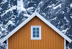 Domy w Lofoten wyspach trzymać na dystans w Norwegia Zdjęcie Royalty Free