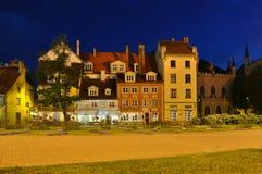 Domy w Ryskim starym miasteczku przy nocą, Latvia fotografia stock