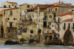 Domy wzdłuż katedry w tle i linii brzegowej, Cefalu, Fotografia Royalty Free