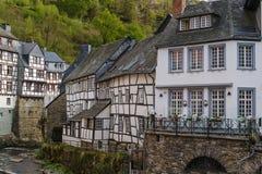 Domy wzdłuż Rur rzeki, Monschau, Niemcy Zdjęcia Royalty Free