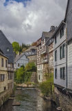 Domy wzdłuż Rur rzeki, Monschau, Niemcy Zdjęcie Stock