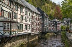 Domy wzdłuż Rur rzeki, Monschau, Niemcy Obraz Stock