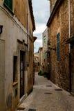 Domy wzdłuż wąskiej ulicy w Valldemossa, Mallorca boczny widok Hiszpania zdjęcia stock
