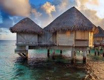 Domy z słomianymi dachami i morze na zmierzchu Fotografia Stock