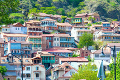 Domy z tradycyjnymi drewnianymi cyzelowanie balkonami Stary miasteczko Tbilisi, republika Gruzja zdjęcia stock