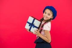 Domysł twój dziecko sen czym o Najlepszy boże narodzenie prezenty i zabawki Dzieciak mała dziewczynka w bereta chwyta prezenta ka obraz stock