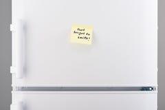 Don't忘记微笑关于白色冰箱的笔记 免版税库存照片