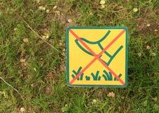 DonÂ't moment på gräs Arkivfoto