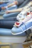 Don du sang ; la main de la femme serrant une boule de rebond images libres de droits