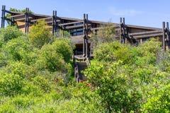 Don Edwards San Francisco Bay National-de bouw van het het Wildtoevluchtsoord door bomen en struiken, baaigebied wordt omringd da royalty-vrije stock foto