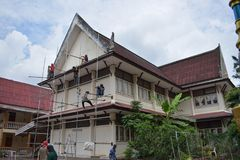 DON MUANG TAJLANDIA, MAJ, - 02 2018: Pracownicy budowlani są farbą Zdjęcia Stock
