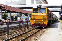 Don Mueang - Thailand - Juli 02, 2017: Thailändska järnvägar regional tr Arkivbilder