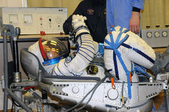 Don Pettit During Space Suit-Lekcontrole in Baikonur Royalty-vrije Stock Afbeelding