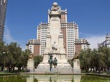 Don Quijote monument och skyskrapa i Madrid Royaltyfri Bild