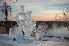 Don Quixote und es Gutsherr auf einem Fahrrad, eine Skulptur vom Eis Lizenzfreies Stockbild