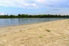 Don River med den guld- sandkusten Strandlandskap nära Rostov på Arkivfoton