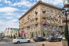 Don Rosja, Czerwiec, - 28, 2018: Antyczny dom przy skrzyżowaniem pas ruchu Semashko i ulica Serafimovich Ulicy Obrazy Stock