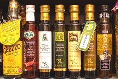 DON, ROSJA - 07 CZERWIEC, 2017: Rozmaitość oliwa z oliwek pokaz na stojaku w rynku obraz stock