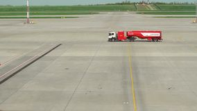 Don Rosja, Maj, - 22, 2019: Paliwowa nafty ciężarówka na lotniskowym pasie startowym zdjęcie wideo