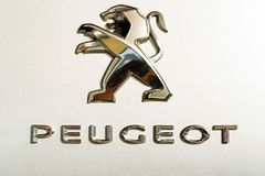 DON, ROSJA - 27 2018 PAŹDZIERNIK: Peugeot logo w gatunek sali wystawowej obrazy royalty free
